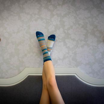 Ce cauzează mirosul urât al picioarelor? Ce rol au șosetele în acest fenomen?